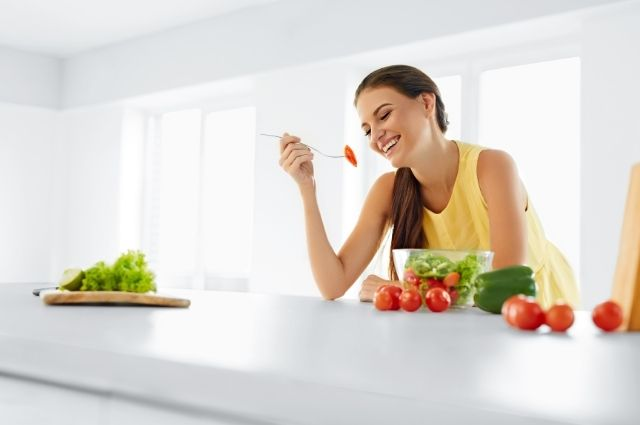 woman eating fruits and vegetables